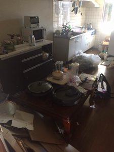 遺品整理前のキッチンの状態