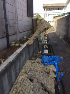 崩れかかったブロック塀