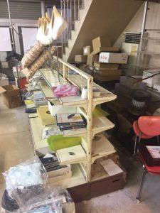閉店後の店内に不用品がたくさんあります