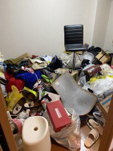散らかったお部屋の片付け作業